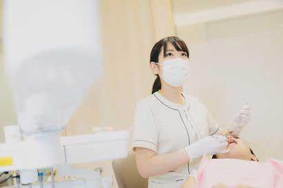 歯科衛生士がスケーリングしている写真