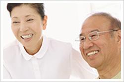 男性と女性の笑顔の写真