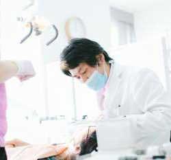 ドクターが治療している写真