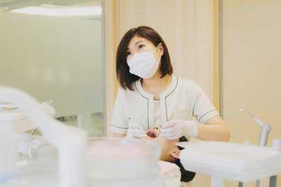 歯科衛生士がクリーニングしている写真