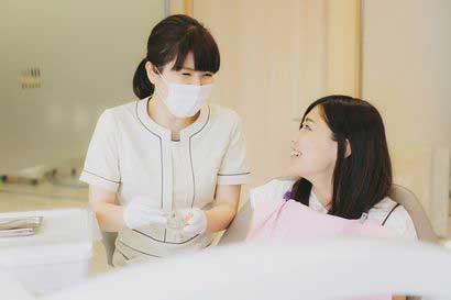 歯科衛生士が患者様と話している写真